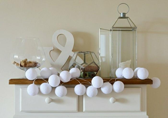 dekorative-partylichterkette-weiße-Kugeln