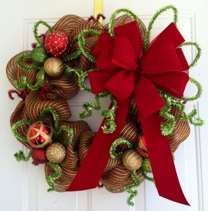 do-it-yourself-ideen-für-weihnachten-unikaler-kranz-mit-einer-roten-schleife