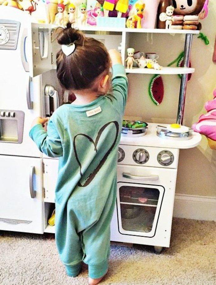 einteiliger-schlafanzug-mädchen-pyjama-grün-schwarze-Herzen-Dekoration