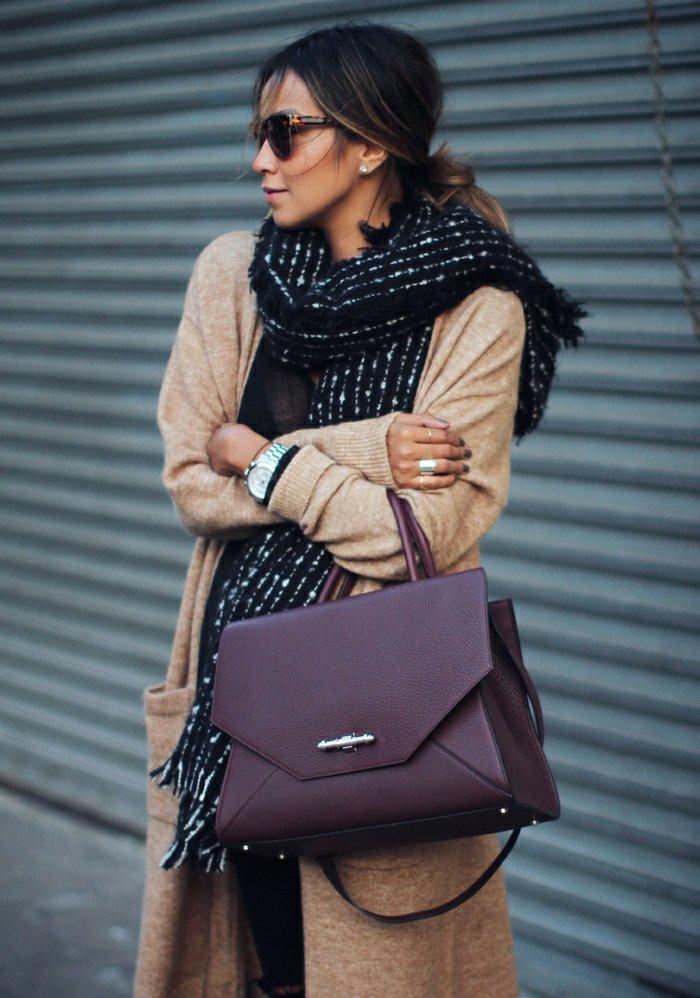 elegante-Vision-weinrote-Tasche-warmer-Schal-lange-strickjacke-beige