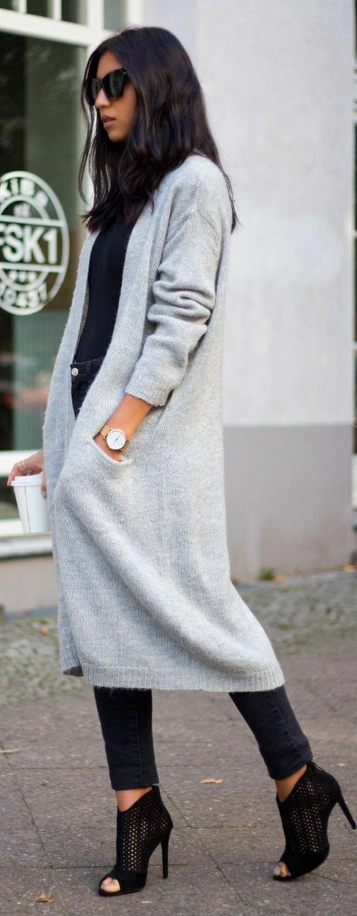 eleganter-Look-stilvolle-schwarze-Schuhe-mit-Absatz-lange-Strickjacke-grau