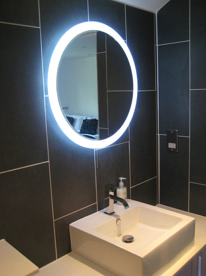 Spiegelschrank Spiegel Entfernen :  Spiegel  BadezimmerInterieurschwarzeFliesenspiegelmitled