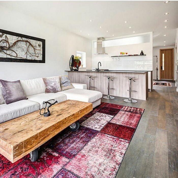 elegantes-Interieur-rustikaler-Kaffeetisch-Patchwork-Teppich