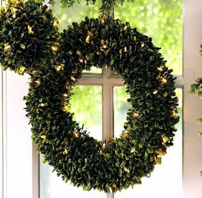 fenster-dekorationen-zum-weihnachten-interessanter-kranz-in-grün