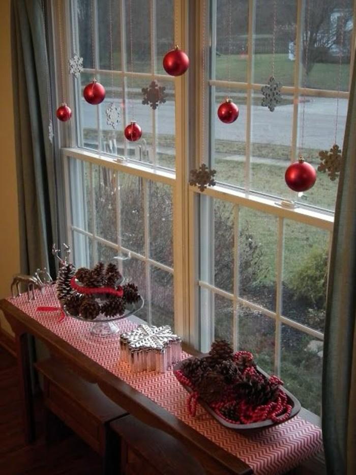 fensterdeko-weihnachten-hängende-rote-kugeln