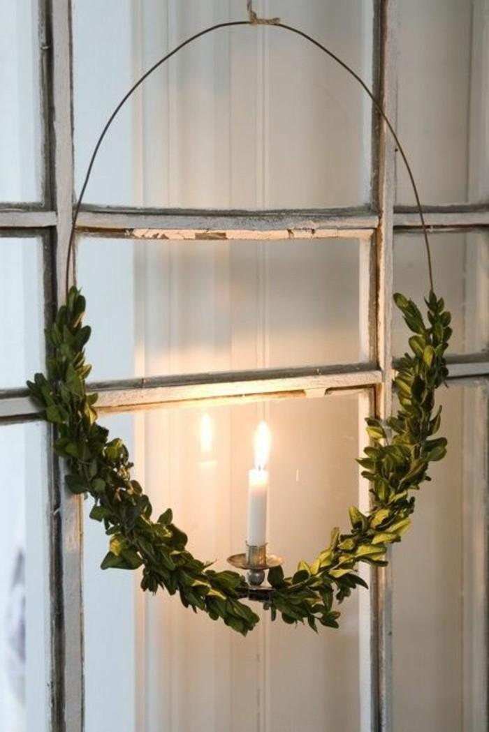 fensterdeko-weihnachten-sehr-schöner-kranz-auf-dem-fenster
