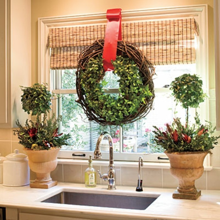 fensterdeko-weihnachten-wundervoller-grüner-hängender-kranz
