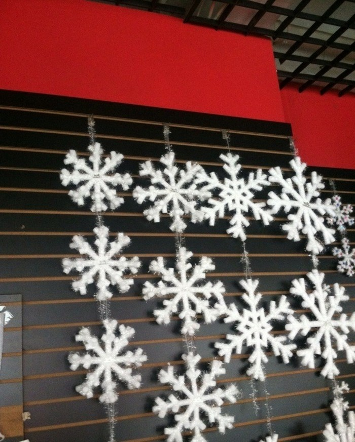 fensterdeko-zu-weihnachten-hängende-schneeflocken