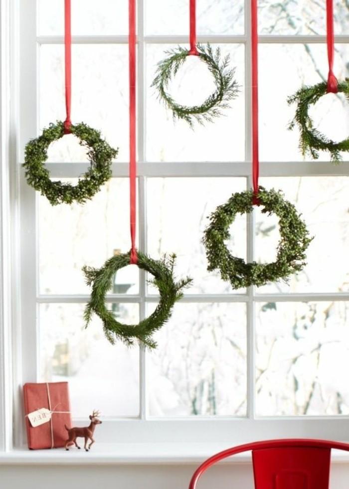 fensterdeko-zu-weihnachten-interessante-hängende-kränze