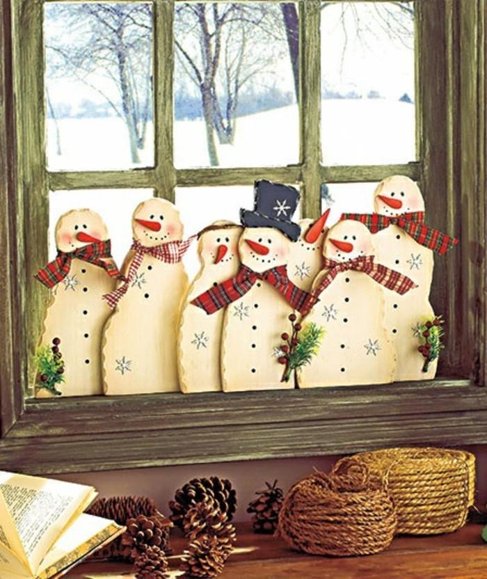 fensterdeko-zu-weihnachten-süße-kleine-schneemänner-nebeneinander