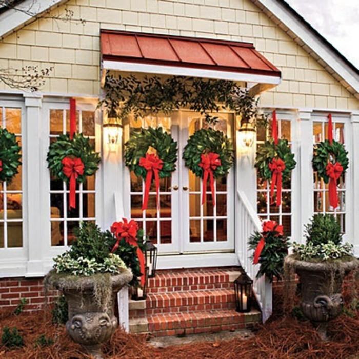 fensterdeko-zu-weihnachten-viele-kränze-auf-dem-haus