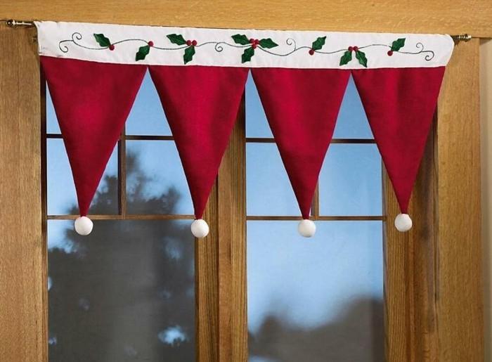 fensterdekoration-zum-weihnachten-tolle-mützen-hängen