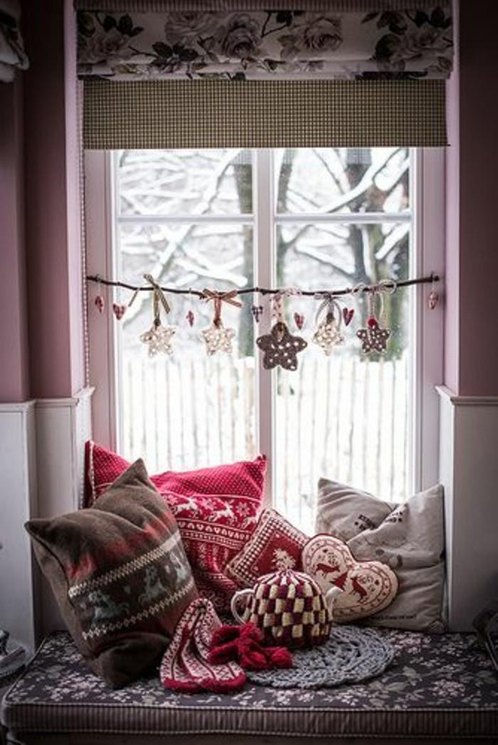 fensterschmuck-weihnachten-coole-hängende-dekoelemente-und-kissen