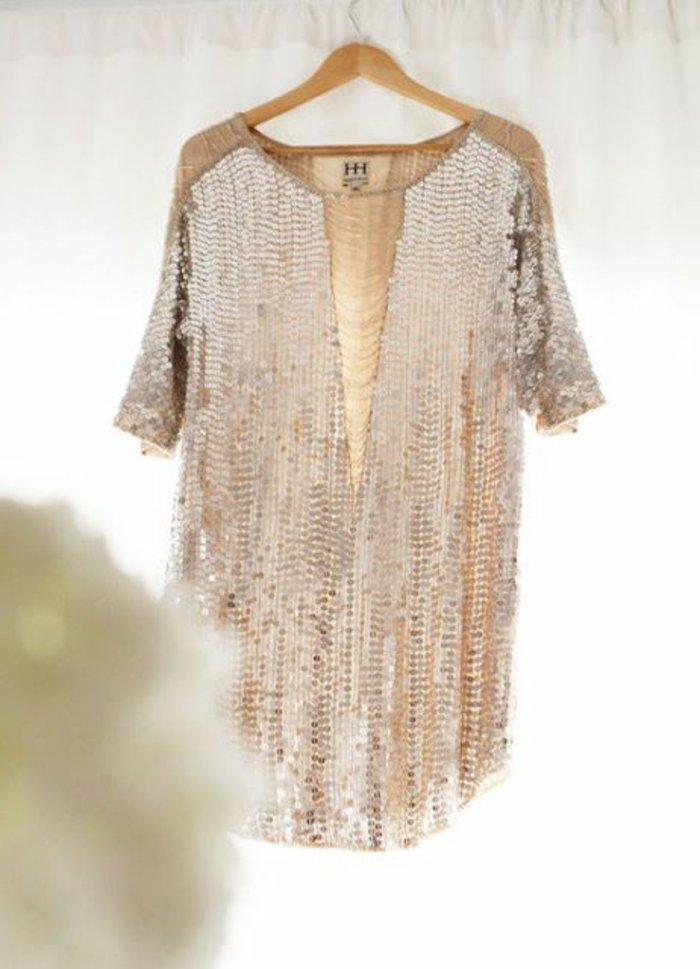 festliches-kleid-mit-goldenen-Pailletten-kurzes-Modell