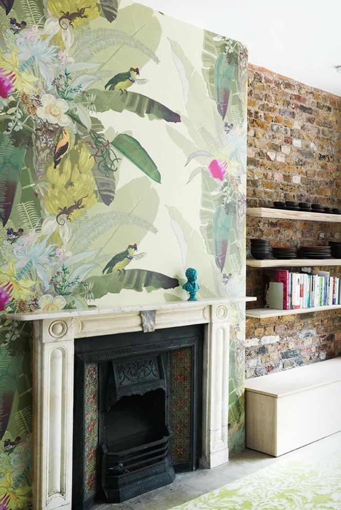 gemütlicher-Raum-Kamin-Ziegelwand-schöne-tapeten-Blumen-Vögel-Natur