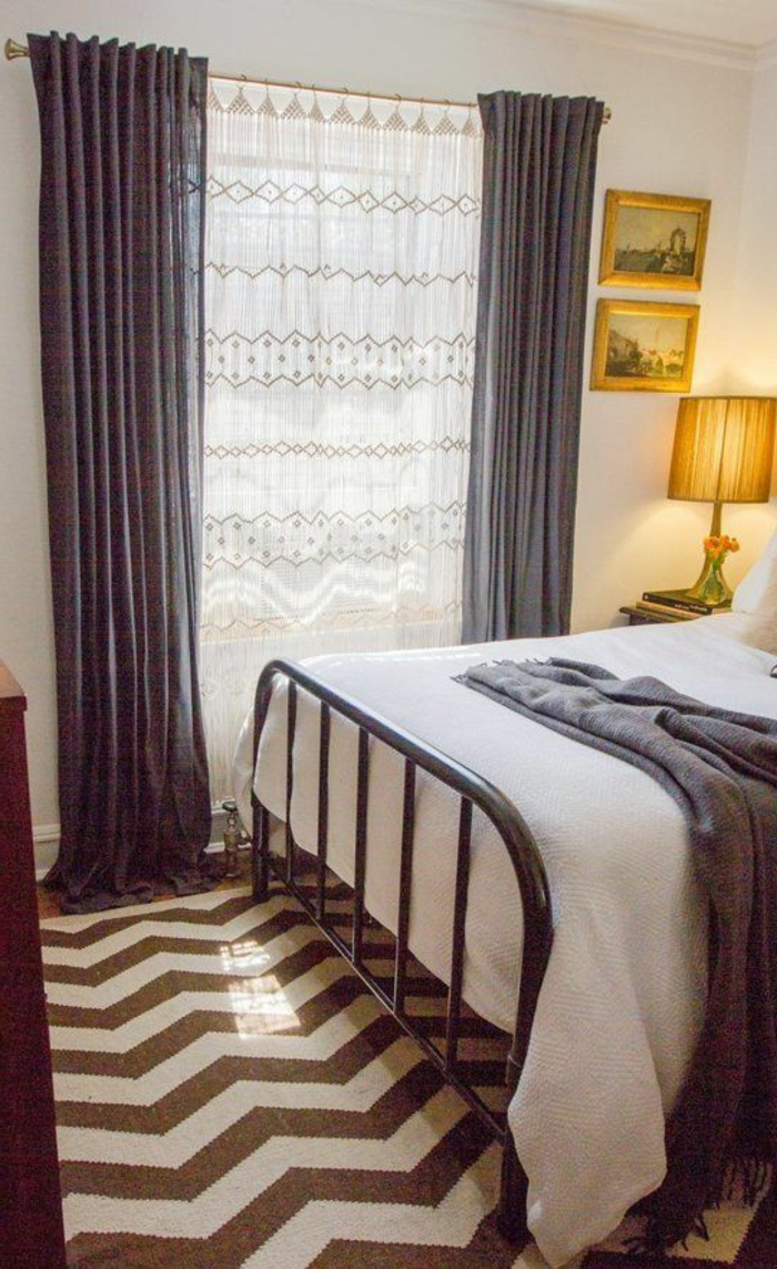 gemütliches-Schlafzimmer-lange-fenster-gardinen-grau