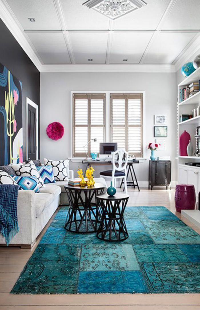 gemütliches-Wohnzimmer-Interieur-farbige-Akzente-teppich-türkis-Nuancen