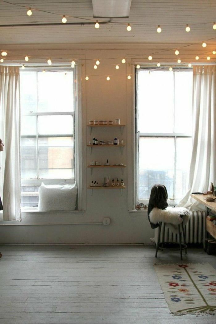 gemütliches-Wohnzimmer-partylichterketten-Zimmerdecke-Dekoration