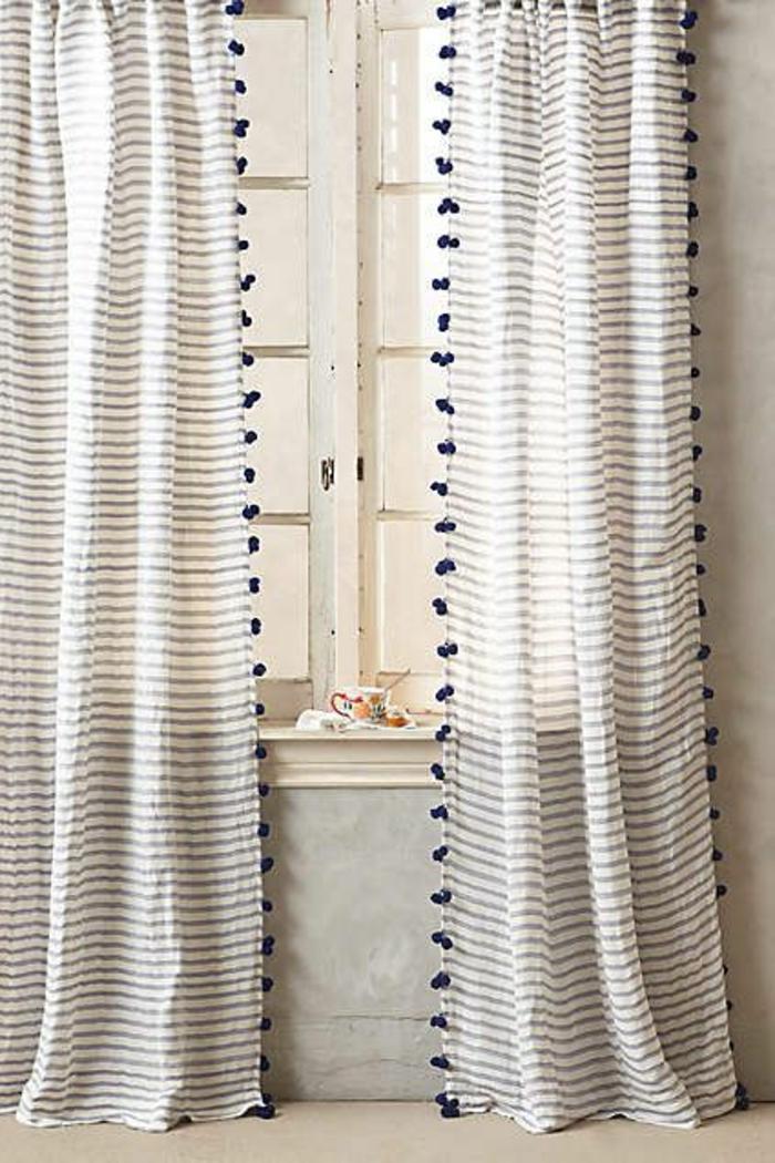 gestreifte-moderne-vorhänge-mit-kleinen-Pom-Poms