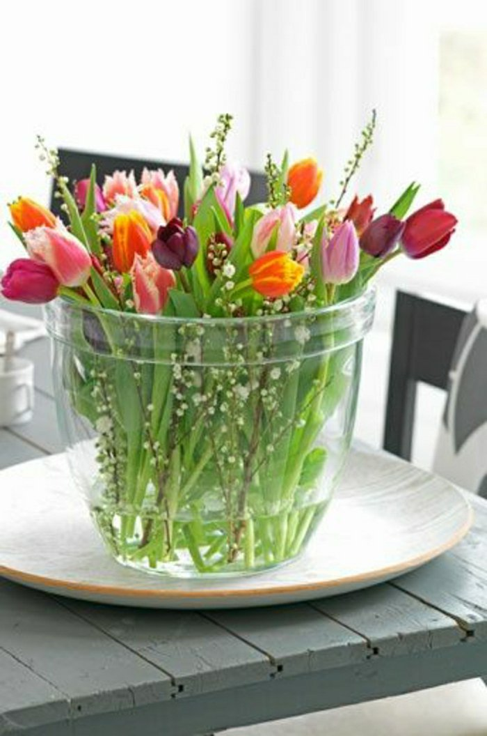glasvasen-groß-blumenvase-mit-Tulpen-in-verschiedenen-Farben-frische-Komposition