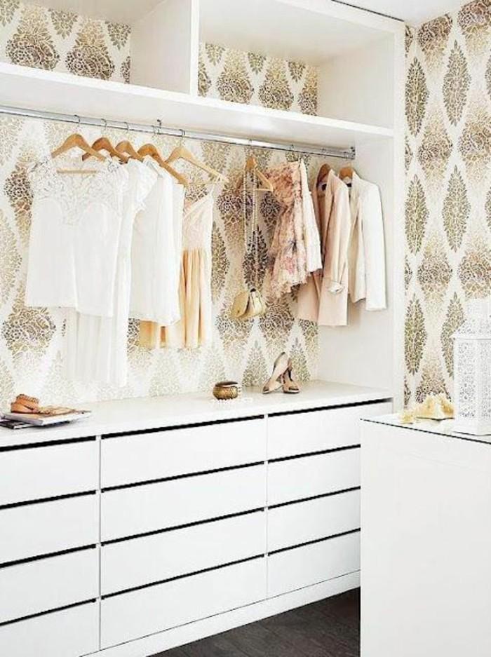 Ausgefallene Moderne Tapeten : goldene-tapete-moderne-tapeten-tapete-mit-ornamenten-im-Ankleidezimmer