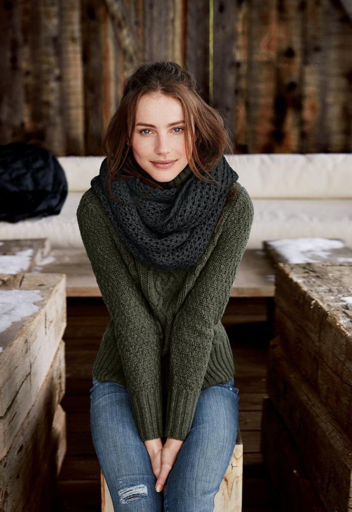 grüne-pullover-schönes-Modell-für-Damen-Schal-Wolle-irische-Pullover