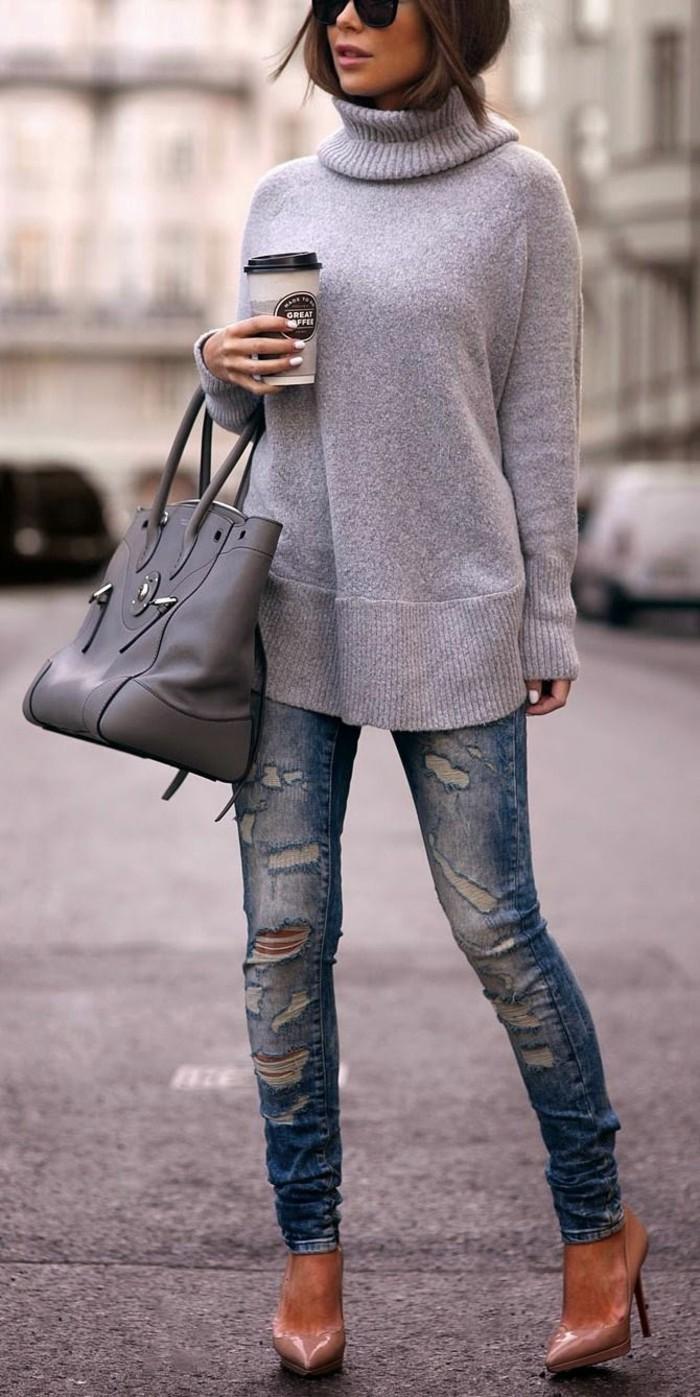 grauer-Pullover-jeans-mit-rissen-Schuhe-mit-Absatz