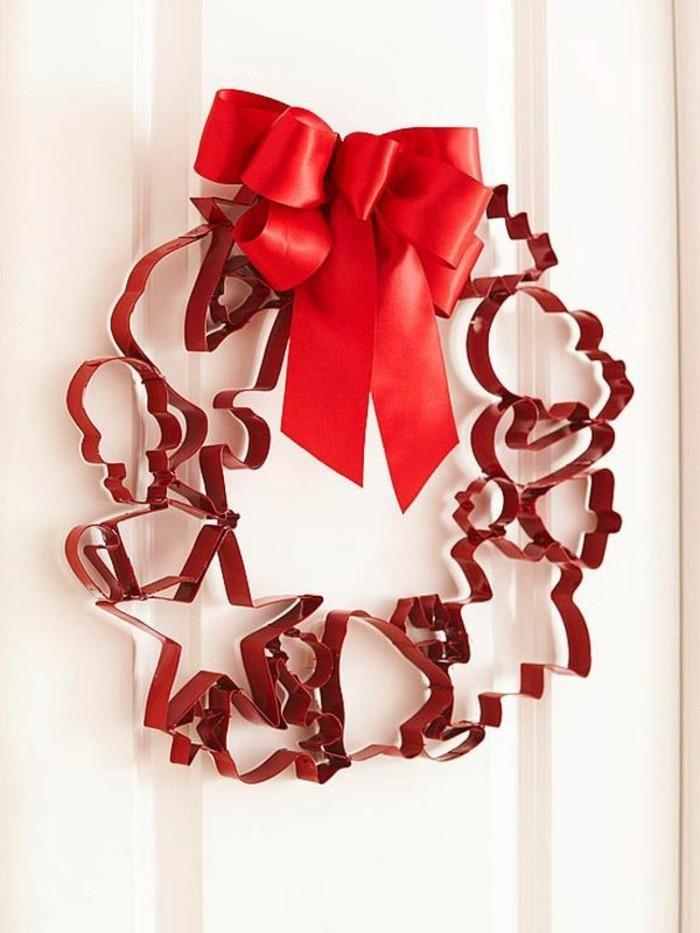 gute-weihnachtsgeschenke-selber-machen-unikaler-kranz-in-rot-an-der-tür