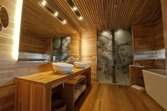 hölzernes-badezimmer-gestalten-großer-spiegel