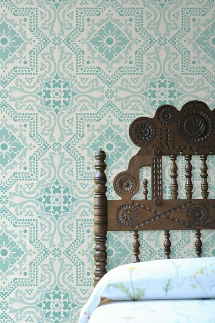 hölzernes-vintage-Bett-moderne-tapeten-türkise-tapete-tapete-mit-ornamenten