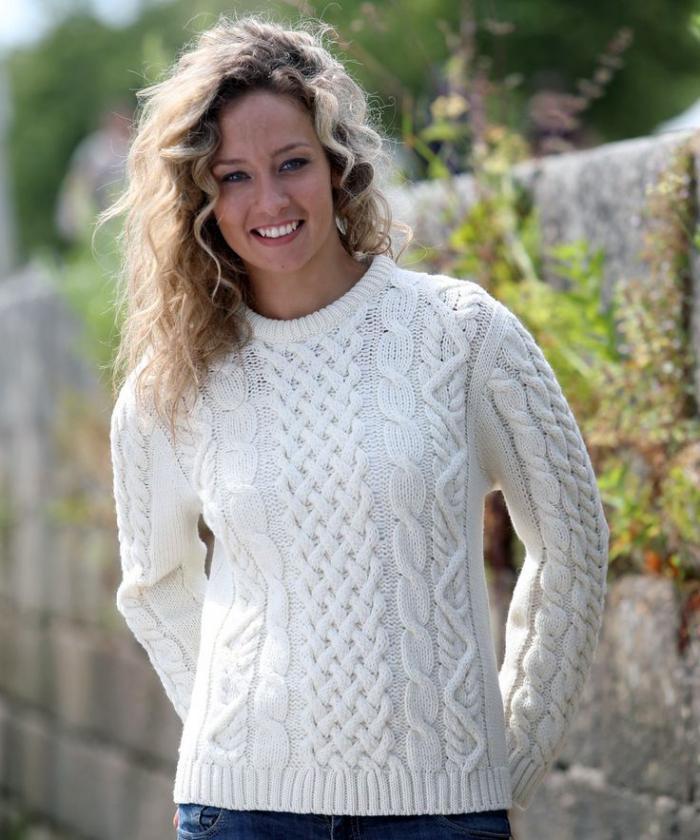 irische-Pullover-weiß-Zopfen-Muster-herrliches-Modell