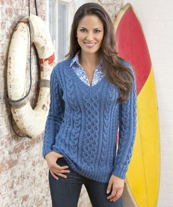 irischer-pullover-für-Damen-blau-buntes-Hemd-Jeans