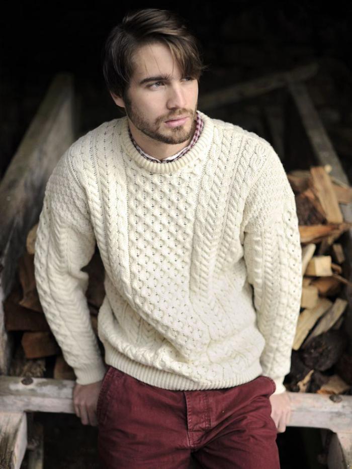irischer-pullover-für-Herren-schönes-Strickmuster-rote-Hosen