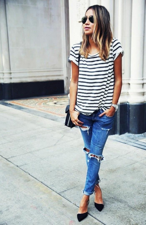 jeans-mit-rissen-gestreifte-Bluse