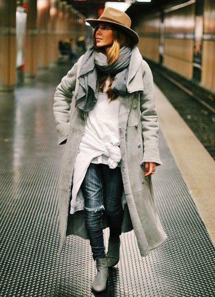 jeans-mit-rissen-grauer-Mantel-weißer-Top-Hut-Schal