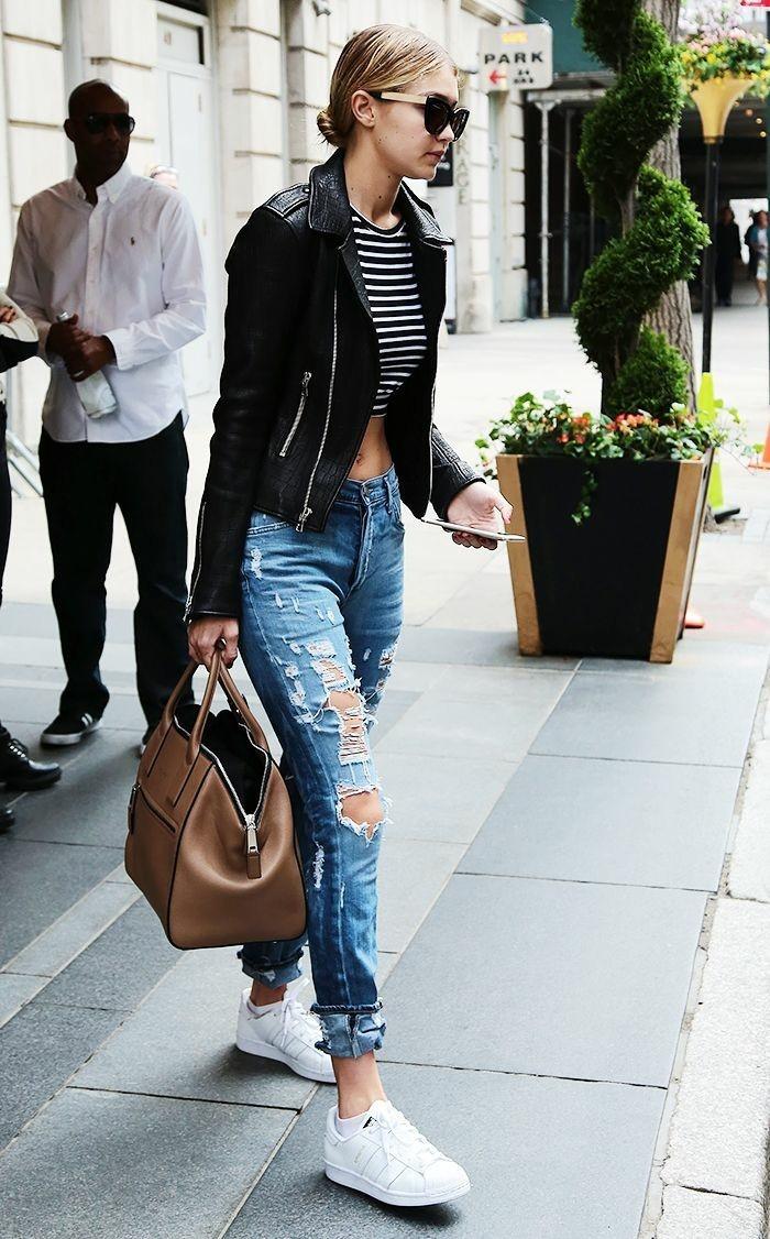 jeans-mit-rissen-weiße-Turnschuhe-schwarze-Lederjacke-gestreifter-Top