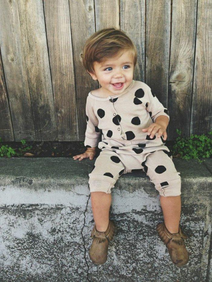 jungen-schlafanzug-cappuccino-farbe-Hintergrund-schwarzes-Polka-Dots-Muster