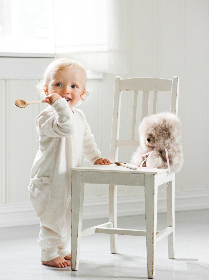 kinder-pyjama-weißer-einteiliger-schlafanzug-mit-Taschen