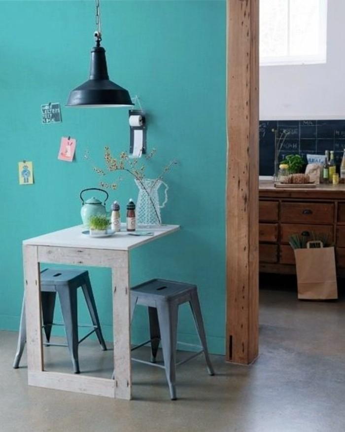 kleines-Esszimmer-industrielle-Lampe-wandgestaltung-mit-farbe