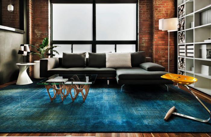 kleines-Wohnzimmer-farbige-Akzente-teppich-türkis-Farbe
