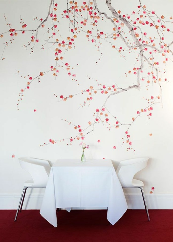koketter-kleiner-Tisch-weiße-Tischdecke-weiße-Stühle-romantisches-tapeten-muster