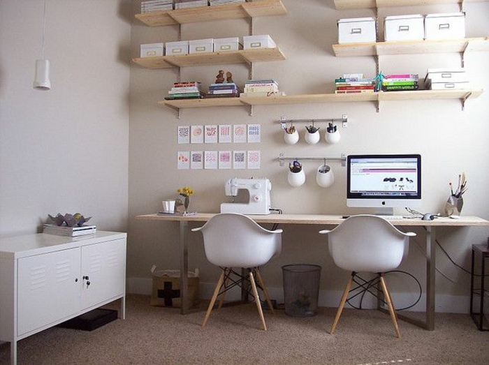 kreative-wohnideen-fürs-Arbeitszimmer-großer-Schreibtisch-zwei-Stühle-attraktive-Wandgestaltung