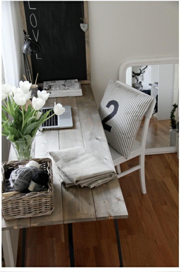 landhaus-einrichtung-des-Arbeitszimmers-weiße-Tulpen-Dekoration