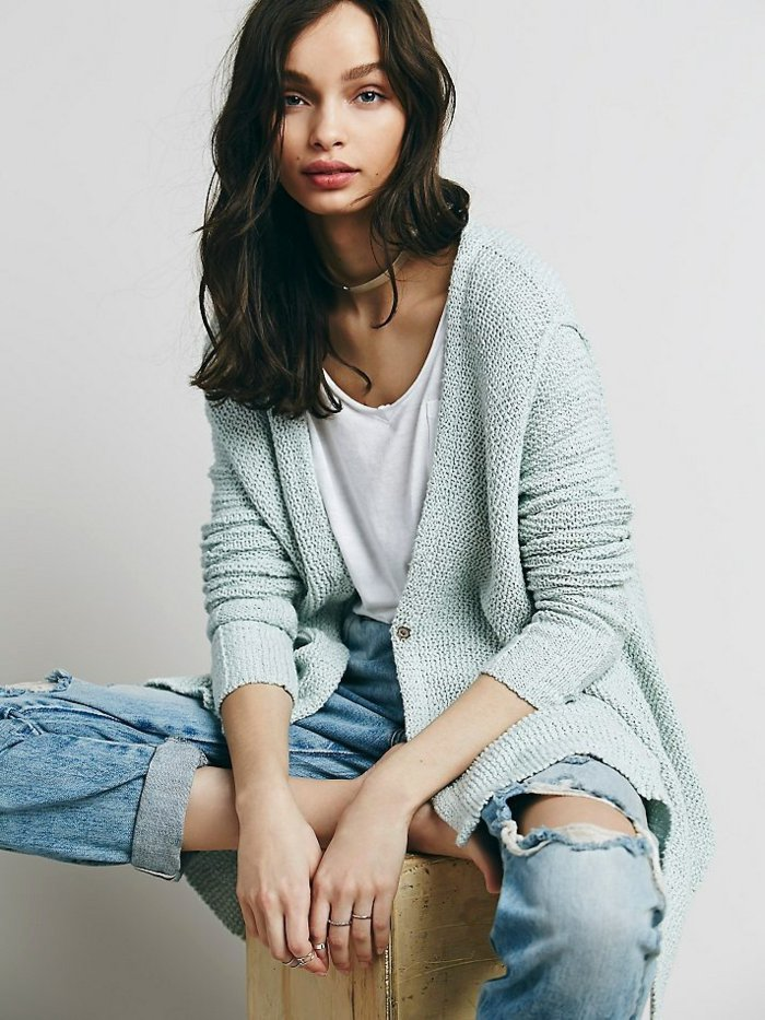 legerer-Look-zerrissene-Jeans-romantisches-Modell-cardigan-damen