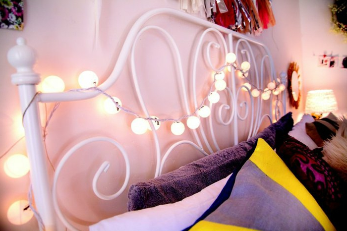 lichterkette-birnen-über-dem-Bett-im-Schlafzimmer