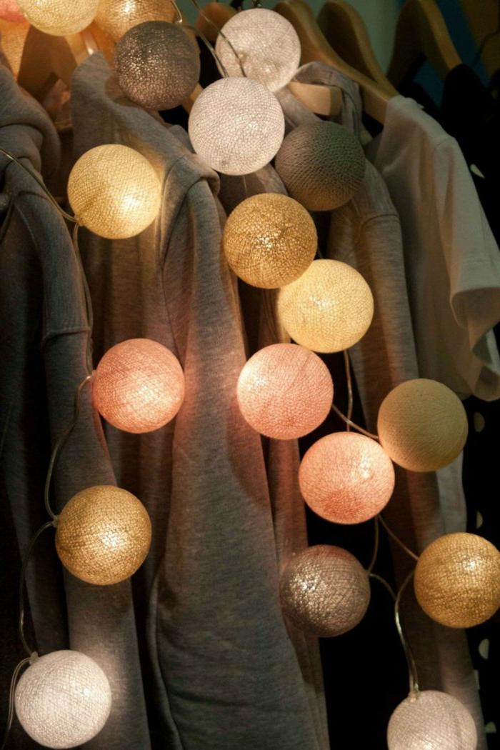 lichterkette-birnen-coole-bunte-lichterkette-im-Kleiderschrank