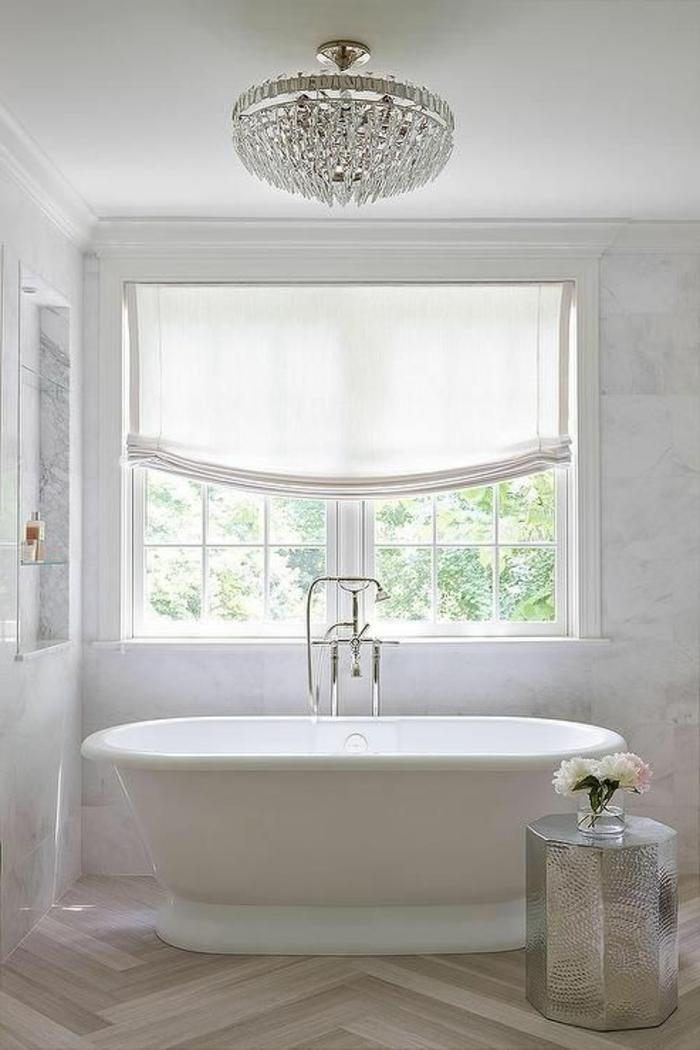 luxuriöses-Badezimmer-Interieur-Kristalle-Kronleuchter-Badewanne-oval