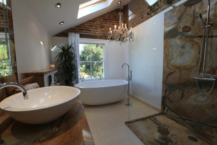 luxuriöses-Badezimmer-Kristalle-Kronleuchter-Barock-Atmosphäre-ovale-badewanne