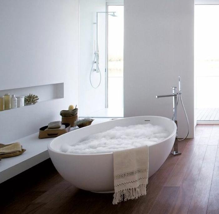 luxuriöses-Badezimmer-weißes-Interieur-freistehende-badewanne-oval