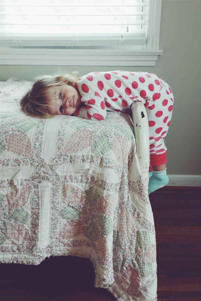 mädchen-pyjama-rotes-Polka-dots-Muster